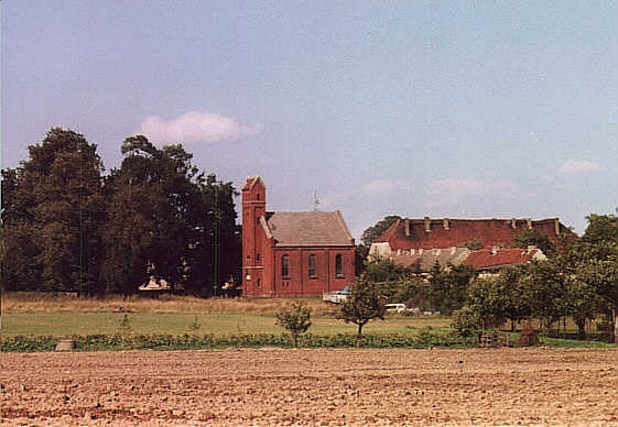 Kirche und Herrenhaus Schwanebeck im Jahre 1994. / Church and manor house from Schwanebeck in the year 1994.
